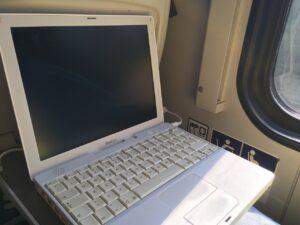 iBook 'radzika' podczas podróży pociągiem